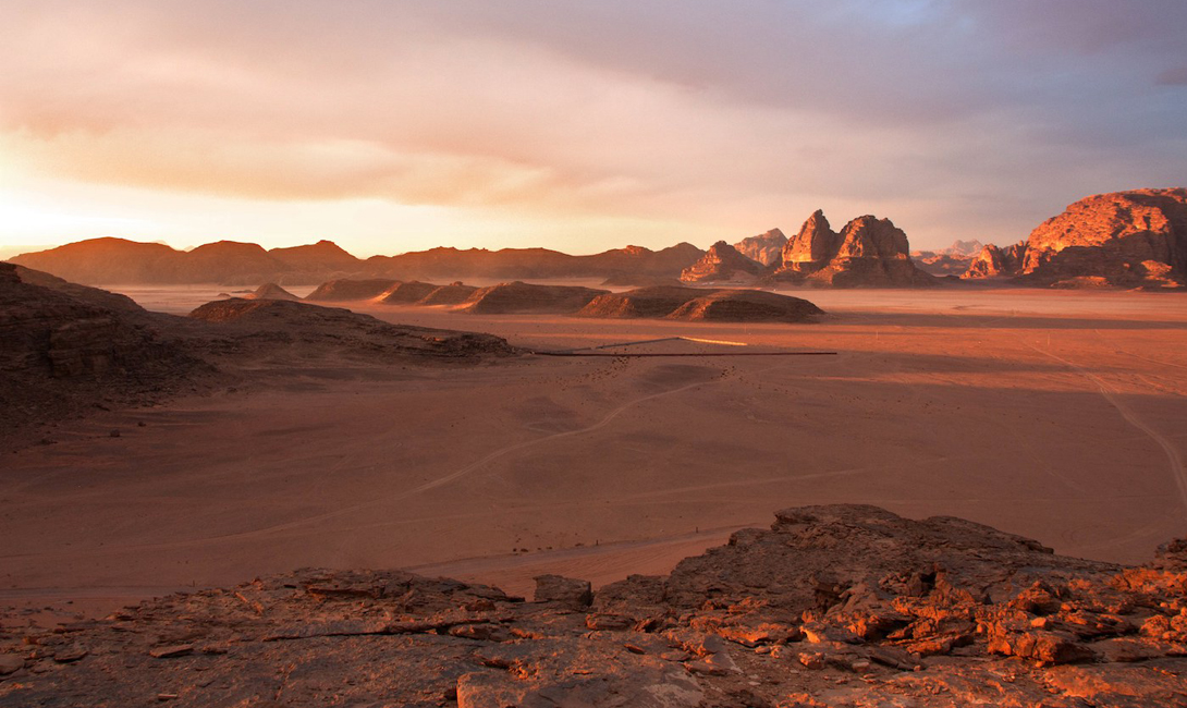Туристы могут отправиться в заповедник двумя путями: взяв напрокат машину с гидом, или выбрав путешествие на верблюде. Второе, конечно, будет гораздо интереснее — хотя бы потому, что продолжается целых два дня.