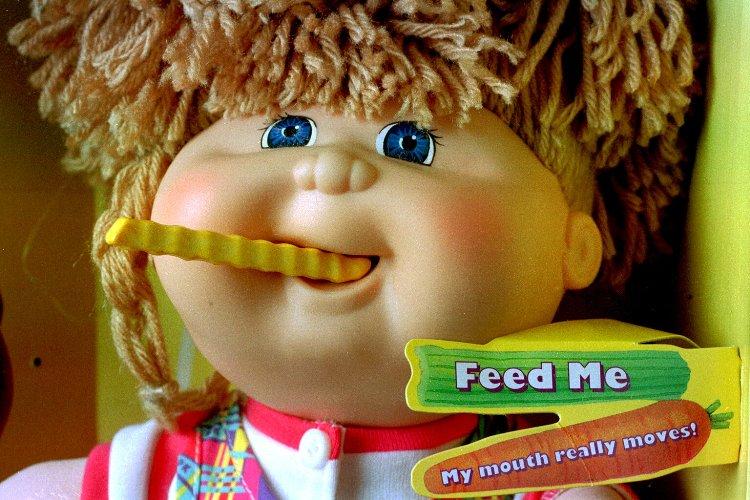 Snacktime Cabbage Patch Kid Малышка Кэббитдж Пэтч – кукла, выпущенная все той же компанией Маттел, была особенно популярна среди девочек в 80-ые годы. В 1996 году была выпущена серия Snacktime – «Время перекусить». Прелесть этой человекообразной куклы, имевшей большие мясистые губы, была в том, что она могла «есть» специальные пластиковые закуски. К сожалению, она явно не знала, когда стоит остановиться, и часто вслед за проглоченными продуктами принималась пережевывать детские пальцы. В итоге, в январе 1997 года, после нескольких подобных инцидентов, Маттел добровольно изъяла из продажи бездушное всепожирающее чудовище.