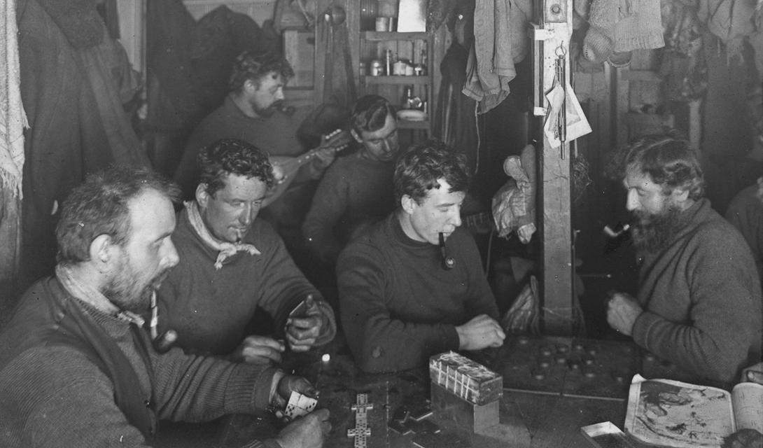 Вечерние развлечения матросов: азартные игры и музыкальные инструменты помогали людям не сойти с ума в условиях вечного льда.
