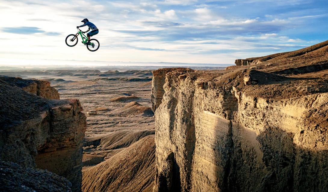 Прыжок веры Майк Шлюшер провел целую неделю, прыгая со скалы на скалу в национальном парке Грин Ривер, штат Юта. Этот снимок сделал его напарник, фотограф-любитель Шон Нир.