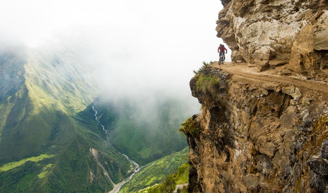 Великая дорога Перуанские дороги проходят, зачастую, по сложным и гибельным горным кручам. Этот снимок — удача фотографа, который просто успел повернуться в нужный момент.