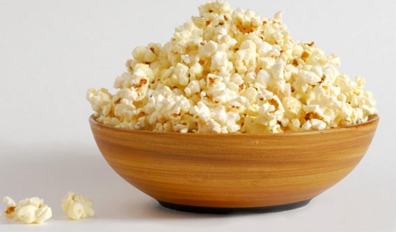Снэки Питание через регулярные промежутки времени может стать лучшей диетой на свете — но только в том случае, если вы не забиваете перерывы между едой большим количеством мелких перекусов. Шоколадный батончик в обед, немного сухариков, которые вы время от времени берете из миски, попкорн за вечерним фильмом — все это способно превратить вашу диету в ничто.