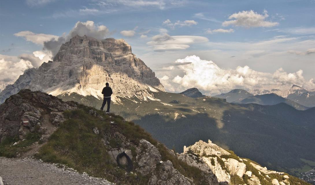 Alta Via 1 Доломиты, Италия «Альта Виа 1» ведет туристов по захватывающему маршруту через горный хребет Доломиты, высокогорные озера и безлюдные, зеленые луга. По всей длине тропы разбросаны небольшие домики, которые могут обеспечить усталого туриста горячими блюдами и даже постелью.