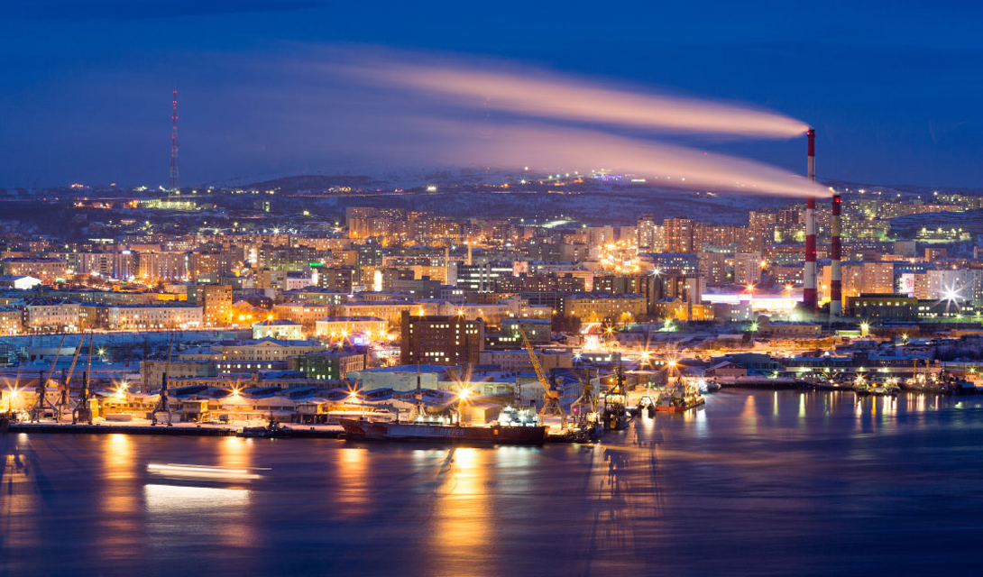 Мурманск, Россия Солнечных часов за год: 1715 Мурманск считается крупнейшим городом в мире, расположенным за Полярным кругом. Тем не менее погода здесь вовсе не так ужасна, как может показаться. Зимой температура может прогреться до -10 градусов Цельсия — вполне комфортный уровень. А вот ночь, длящаяся несколько месяцев в году, может стать настоящей проблемой для неподготовленной психики. В этот период солнце не появляется вовсе, наполняя даже дневные часы постоянным сумраком.