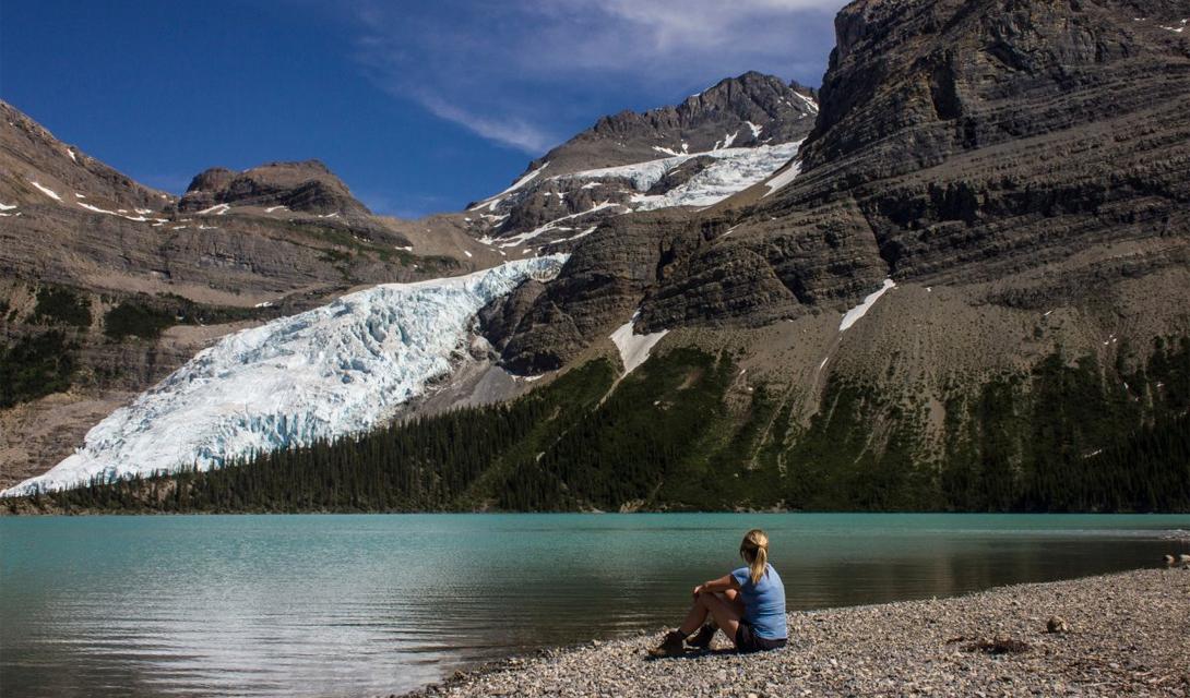 Берг Лэйк Ледник Робсон, Британская Колумбия Ледник, расположенный у Berg Lake, является стартом для этого не сложного, но очень красивого трейла. Провинциал-парк Британской Колумбии захватывает часть канадских Скалистых гор, проходит через невероятные декорации с водопадами, бурлящими гневом реками и ледяными вершинами гор.
