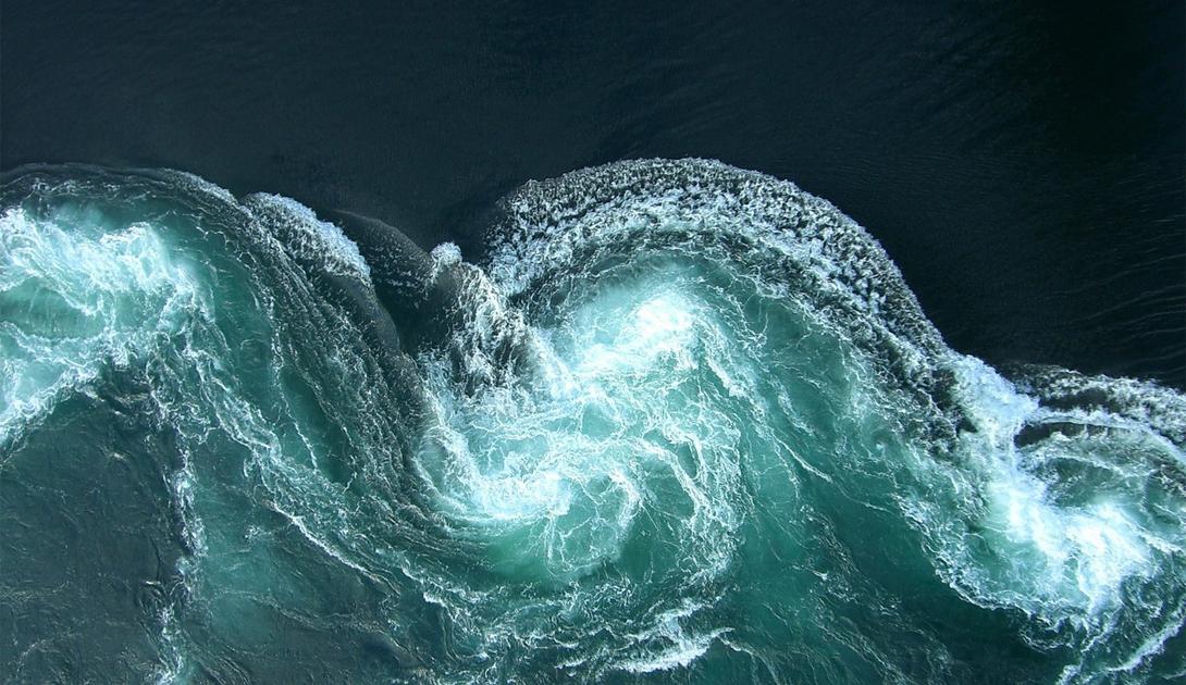 Сальстраумен Норвегия Самое сильное приливное течение в мире уютно устроилось в небольшом проливе. Вода здесь развивает внушительные 58 километров в час. До 520,000,000 кубических метров воды проходят через этот узкий пролив каждые шесть часов. Массивные водовороты до 13 метров в диаметре и 8 метров глубиной возникают здесь, когда сталкиваются два разных течения.