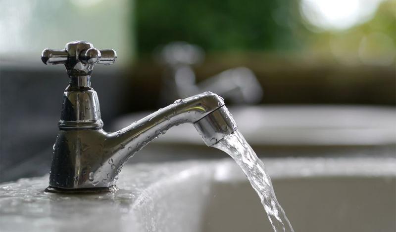 Выключайте воду Это довольно очевидное решение — выключать воду во время умывания и чистки зубов. Не нужно держать кран открытым постоянно. Пара лишних, совершенно несложных движений сэкономит десятки тысяч литров воды в год.