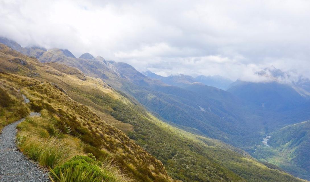 Routeburn Track Долина Холлифорд, Новая Зеландия Туристы, выбравшие для прогулки тропу Routeburn, получат, в награду за смелость и стойкость, возможность наблюдать захватывающие виды на горные пейзажи, открытые всем ветрам долины, древние водопады и альпийские озера.