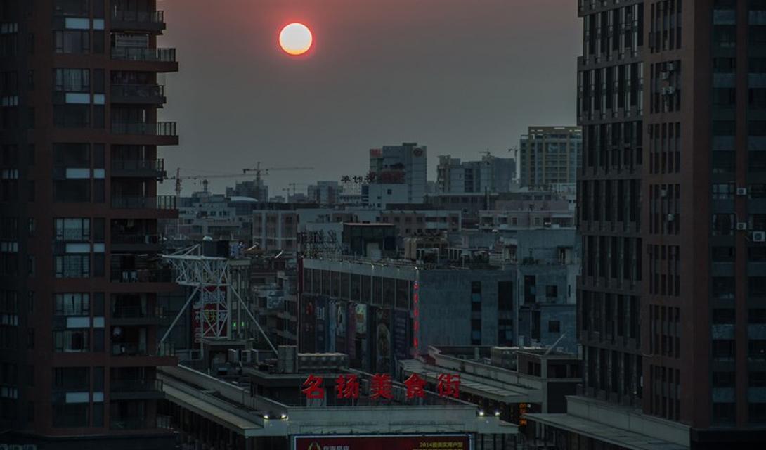 Янцзян Китай Примерно та же ситуация сложилась у жителей китайского Янцзян, вынужденных соседствовать с моноцитовыми холмами. Песок, вызванный эрозией почвы, был использован местным заводом для производства кирпичей. Из них построили целый городской район, а моноцит, со временем распавшийся в стенах на радий, актиний и радон, превратил его в одно из худших мест на всей планете.