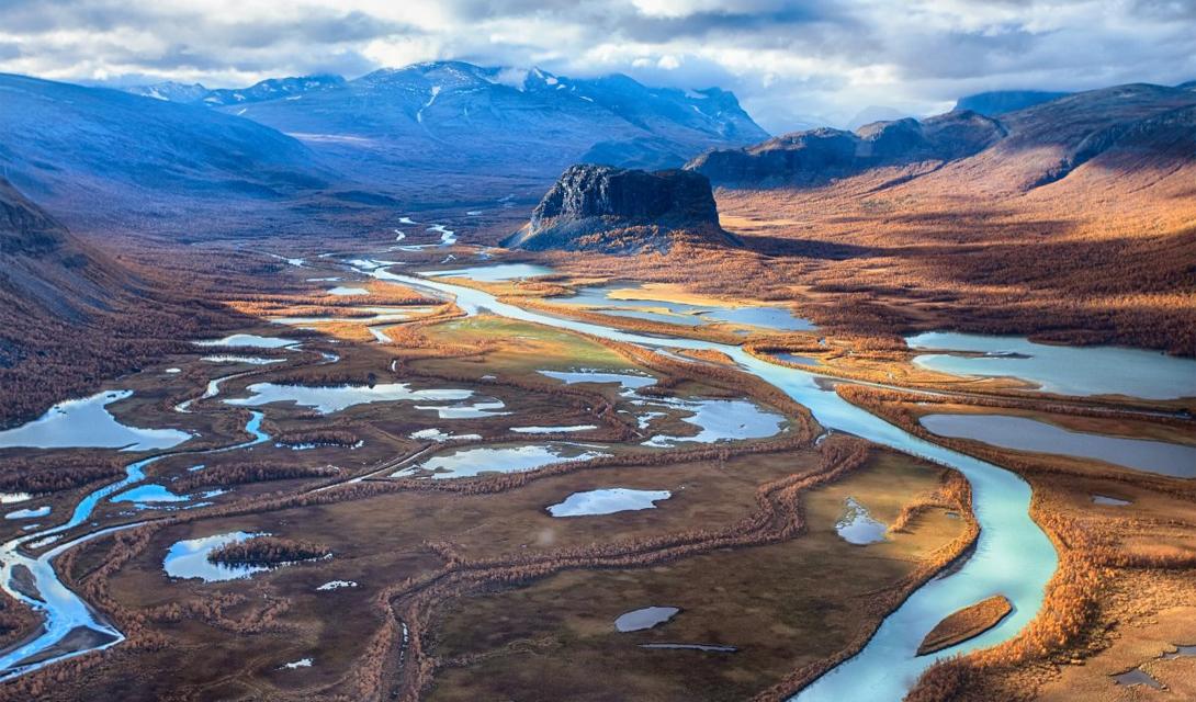 Сарек трейл Йоккмокк, Швеция Здесь есть горы, которые поднимаются к небесам почти на два километра, узкие долины, будто созданные морозными змеями, и около ста ледников: достаточно, чтобы провести на Сарек Трейл несколько дней.
