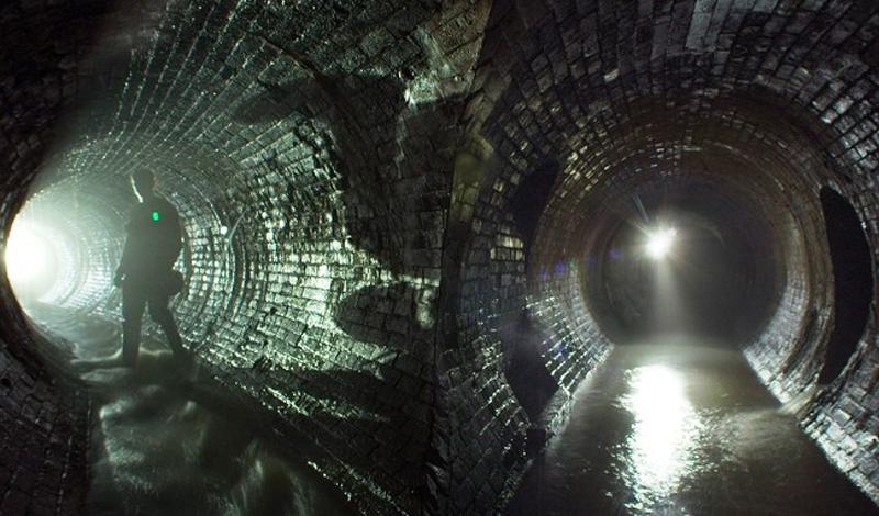 Лондонское подземелье Первые подземные лабиринты были выкопаны под Лондоном еще две тысячи лет назад. Они росли и развивались вместе с городом, оставаясь последним прибежищем нищих, воров, убийц и мертвых. Классические лондонские трущобы XVI века показывают туристам за небольшую плату — такую путевку можно купить в любом агентстве. Если же приложить немного усилий и постараться найти местного гида, то можно пробраться глубже, ну а наградой за любопытство станут заброшенные камеры пыток, остатки сгоревших лачуг и даже мумифицированные тела.