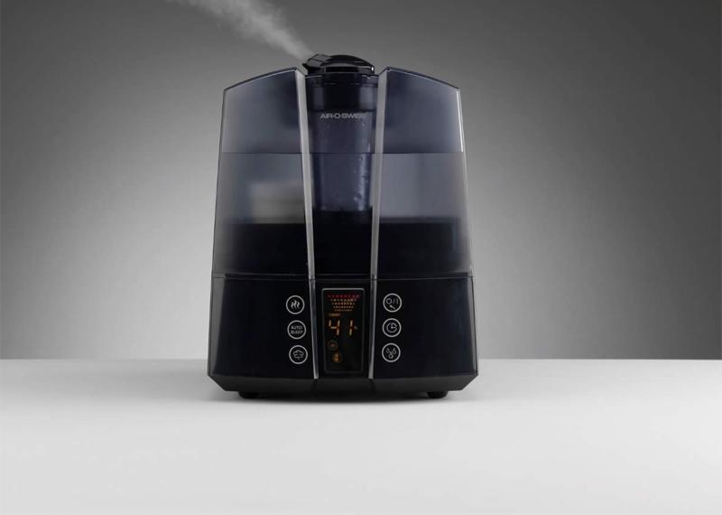 Включите увлажнитель Сухой воздух в помещении делает боль в горле и кашель невыносимыми. Увлажнитель помогает: воздух, насыщенный влагой может купировать эти неприятные симптомы.