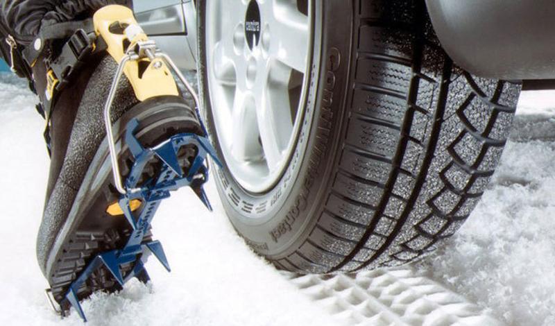 Шипованные шины Шипованная резина, с грубым рисунком протектора подходит тем, кто собирается эксплуатировать автомобиль на дорогах, где не лежит мокрый снег. Если вы решили остановиться именно на этом типе, то позаботьтесь переобуть все четыре колеса: ставить шипованную резину только на ведущие — увеличивать риск возможной опасности на дороге. Заснеженная дорога, с подтаявшим снегом, сделает такие шины скорее помехой, поскольку резина не сможет обеспечивать необходимый уровень сцепления с дорогой.