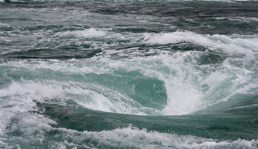 Москстраумен Тихий океан Эдгар По прославил этот водоворот в мистической повести «Спуск в омут». Большинство водоворотов возникают из-за приливов и течений, но Москстраумен находится прямо в открытом океане. Водоворот может достигнуть 80 метров в диаметре, что делает его опасным даже для крупных судов.