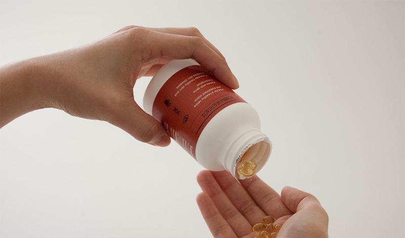 Витамин D Вердикт: принимаем смело Витамин D на самом помогает держать ваши кости крепкими, к тому же, его довольно трудно получить из обычного рациона. Витамин D не присутствуют в большинстве продуктов, которые мы едим, но это важный компонент, который сохраняет наши кости сильными, помогая нам усваивать кальций. Солнечный свет помогает организму его производить, но что делать зимой? Несколько недавних исследований показали, что люди, которые принимали витамин D ежедневно, жили дольше тех, кто этого не делал.