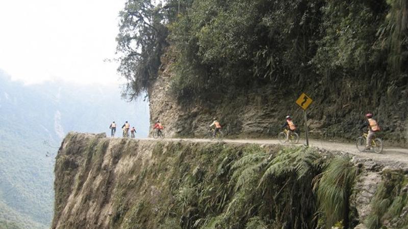 Ла-Пас, Боливия Велотурне Перед тем как отправиться в эту велосипедную прогулку, не помешает составить завещание: маршрут весьма извилистый, чрезвычайно узкий, а местами и скользкий. Участок протяженностью около 60-70 километров соединяет Ла-Пас и Коройко. Ни о каком асфальте не может быть и речи, ну, разве что первые 20 км, а дальше только щебенка, камни и глина. Начинается маршрут на высоте 4600 метров, а заканчивается на 1200 м, так что за время поездки можно увидеть и величественные Анды и тропический лес, если, конечно, вы отважитесь смотреть еще куда-то, кроме как на дорогу.