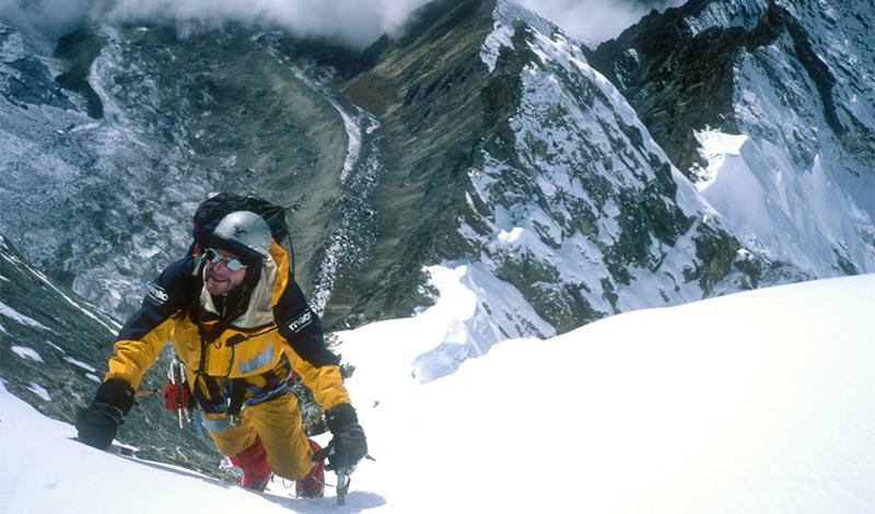 Высотный альпинизм По статистике, Эверест забирает каждого седьмого смельчака, рискнувшего на долгий и трудный подъем. По пути к вершине, альпинисты частенько встречают менее удачливых участников предыдущих групп — замерзшими на смерть. Гипоксия, гипотермия, обморожения и пневмония дополняют картину. Легчайшее растяжение связок вполне может стоить альпинисту жизни: сел передохнуть и не заметил, как уснул. Только на Эвересте за год гибнет более 200 человек.