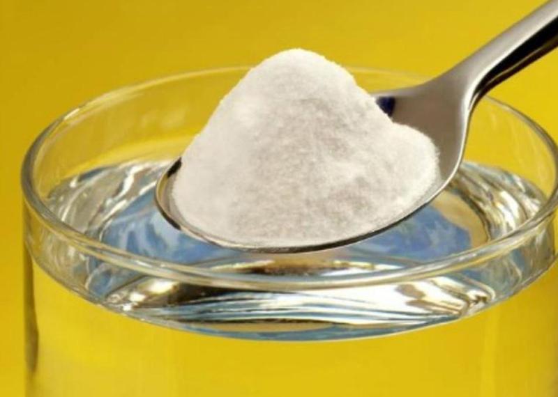 Полощите горло Старые домашние способы тоже работают — некоторые. К примеру, будет совсем небесполезно полоскать горло теплой соленой водой. Соль помогает убить болезнетворные микроорганизмы. Более того, покрытие горло раствором соли (1/2 чайной ложки соли в чашке теплой воды) облегчит воспаление.