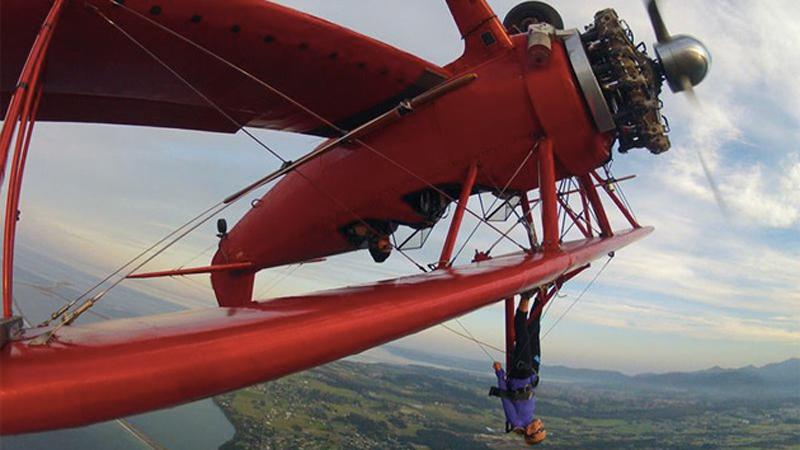 Секвим, США Прогулка с ветерком На окрестности штата Вашингтон можно взглянуть с высоты птичьего полета. От прочих воздушных приключений это отличается тем, что полетите вы не в комфортабельной кабине, а на крыле. Разумеется, перед этим с вами проведут инструктаж и расскажут о правилах безопасности за бортом. Но сильно ли это поможет вашим нервам, когда вы будете лететь со скоростью 250 км/час пристегнутый к крылу воздушного судна.