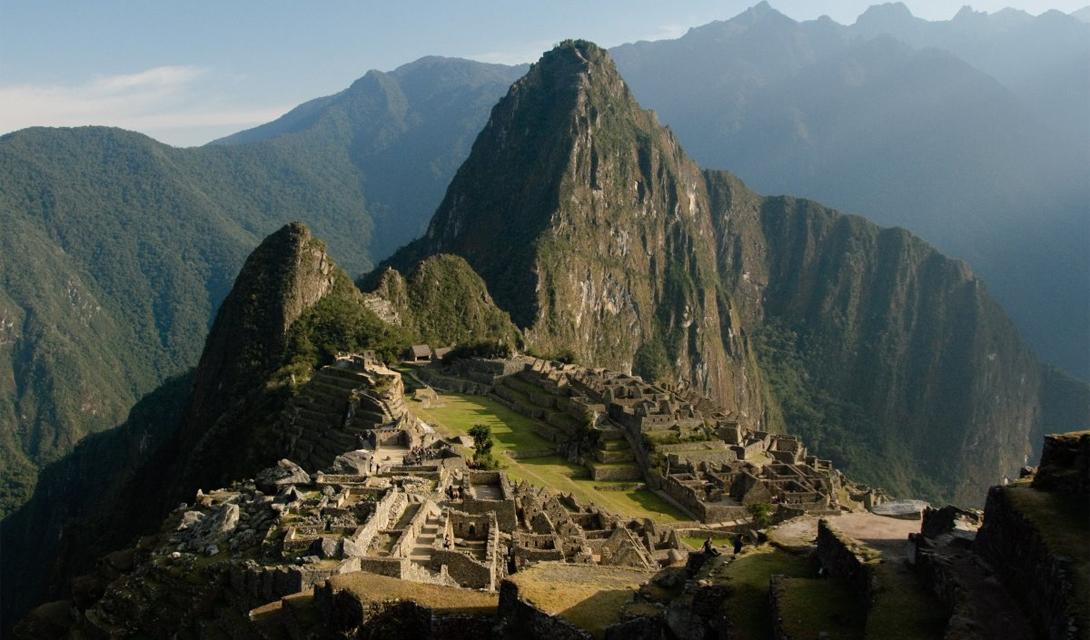 Тропа Инков Мачу-Пикчу, Перу Тем, кто предпочитает бодрящий способ добраться до древнего города инков, подойдет этот трейл. Красивейший горный пейзаж, субтропические джунгли, руины — и самые настоящие инки в проводниках.