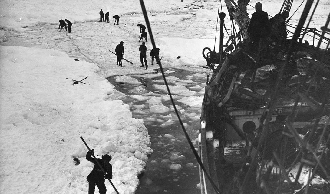 Закованный в льды корабль уже выглядит неотъемлемой частью этой белой пустыни.