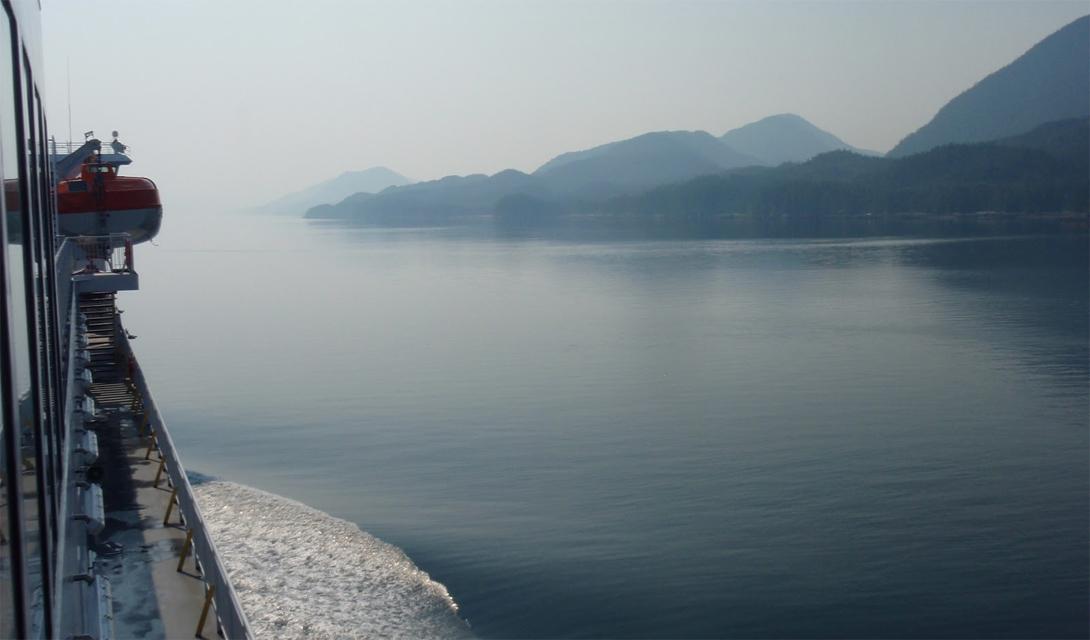 Принс-Руперт, Британская Колумбия Солнечных часов за год: 1230 Вся северная часть Тихого океана славится своей неприветливой, дождливой и мрачной погодой, с приправой из постоянных туманов. Портовый городок Принс-Руперт выглядит настоящим пришельцем из темных фантазий Лавкрафта — почему люди все еще цепляются за это местечко, где вот-вот появится из воды Ктулху, совершенно непонятно.