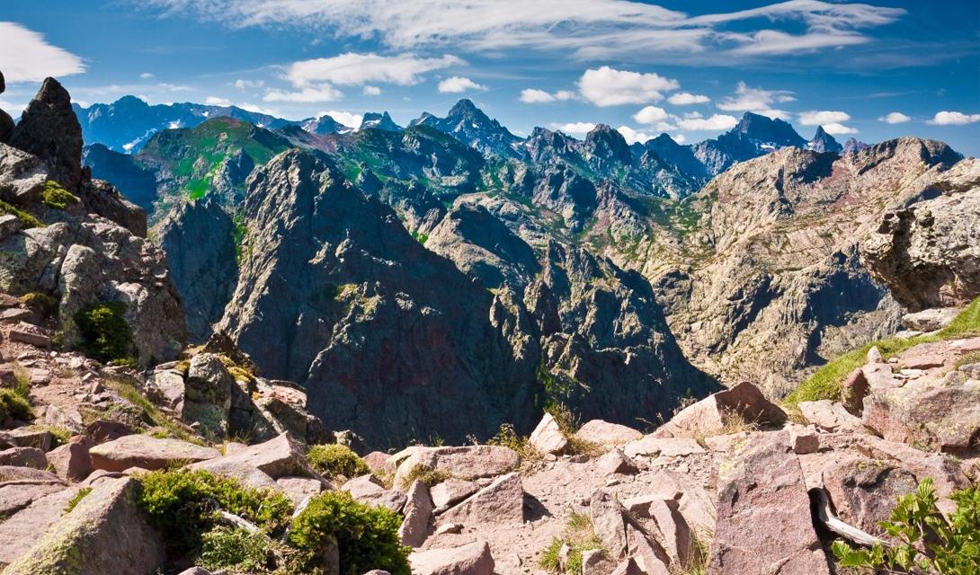 GR 20 Корсика, Франция GR 20 считается одним из самых сложных маршрутов в Европе. Разнообразие ландшафтов здесь очень велико: туристам придется пройти через леса, кратеры, ледниковые озера, торфяные болота, снежные вершины и равнины. Тропа довольно каменистая и рассчитана на опытных путешественников.
