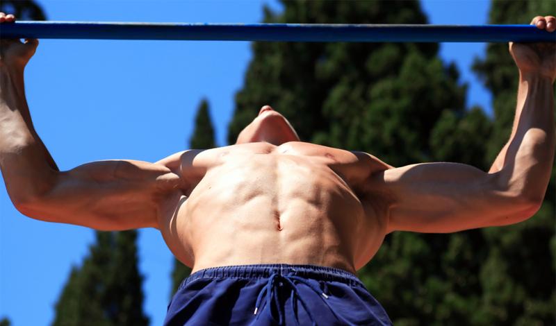 Подтягивания Многие пренебрегают подтягиваниями, считая, что в тренажерном зале есть занятия и поинтереснее. Тем не менее, именно подтягивания способны задействовать практически все мышцы плечевого пояса. Включите в тренировку стандартные подтягивания и подтягивание за спину, разделив их другими упражнениями. Сделайте по три подхода, с десятью повторениями в каждом.