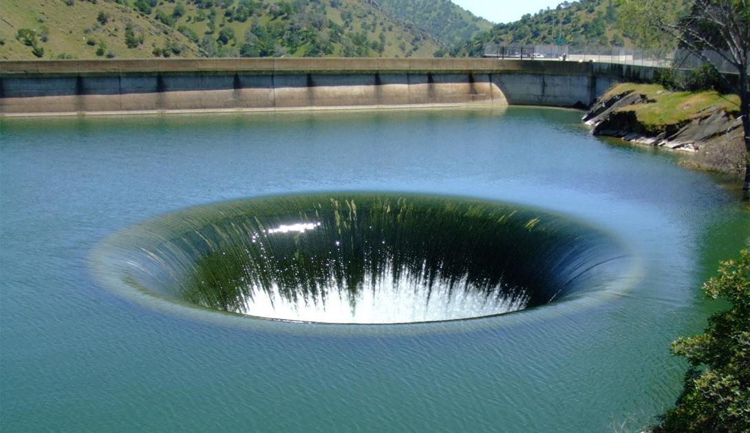Олд Соу Канада Олд Соу — крупнейший водоворот в западном полушарии. Его воронка достигает целых 80 метров в поперечнике.Во время прилива, служба спасения перекрывает все пути, ведь скорость течения превышает 40 км/ч.