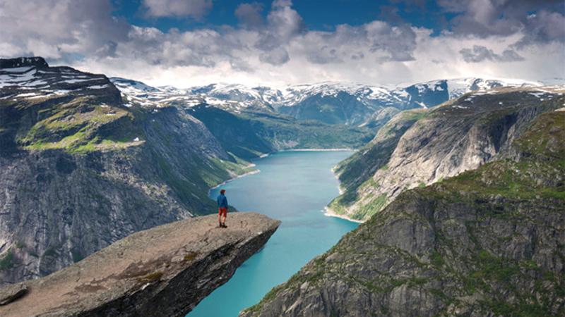 Норвегия, озеро Рингедалсваннет Памятное фото Казалось бы, что может быть проще и безопаснее, чем запечатление объекта или пейзажа на фото? Вообще-то, так оно и есть, но только не в случае, если этот снимок делается на скале Язык Тролля. Для начала до места надо добраться, совершив пешую прогулку по 12-километровом маршруту. Ну а потом, немного отдышавшись, собраться с духом и ступить на утес, зависший на высоте 800 метров над озером, и получить снимок одного из самых потрясающих, и уж точно головокружительных видов на планете.