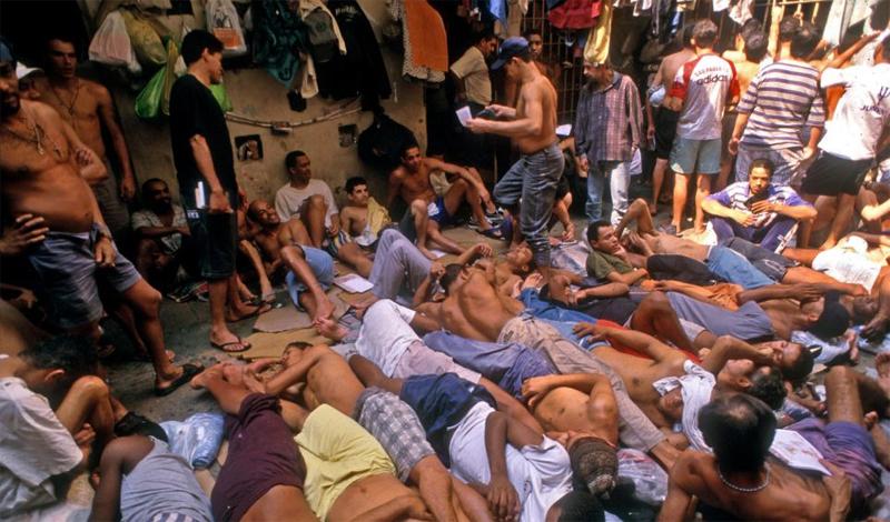 Максимальное количество заключенных для Пернамбуку — 10 500 человек. Уже несколько лет здесь живет более 32 000. Тюрьма давно превратилась в кровоточащую рану на теле страны. Ее стены уже не могут удерживать скопившееся здесь зло. Такими же, постепенно, становятся и другие исправительные учреждения региона.