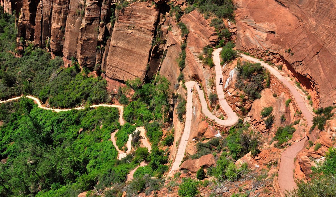 Ангельская тропа Зайон, США Туристы проходят через величественные пейзажи Национального парка Зайон, штат Юта. Путь включает в себя узкие горные хребты с глубокими пропастями, где большинство туристов используют цепи, чтобы завершить маршрут на пиковой части тропы, откуда, словно в награду, открывается потрясающий вид на 360 градусов.