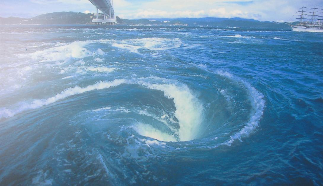Наруто Япония Узкий пролив Наруто считается опасным местом даже для опытных моряков. Во время прилива, скорость воды достигает 34 км/ч, образуя воронки диаметром в целых 30 метров.