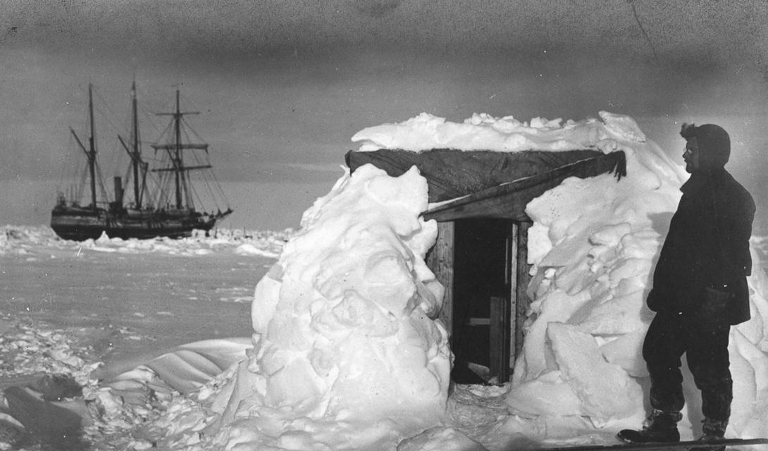 Физик Джеймс Реджинальд у своей временной обсерватории.