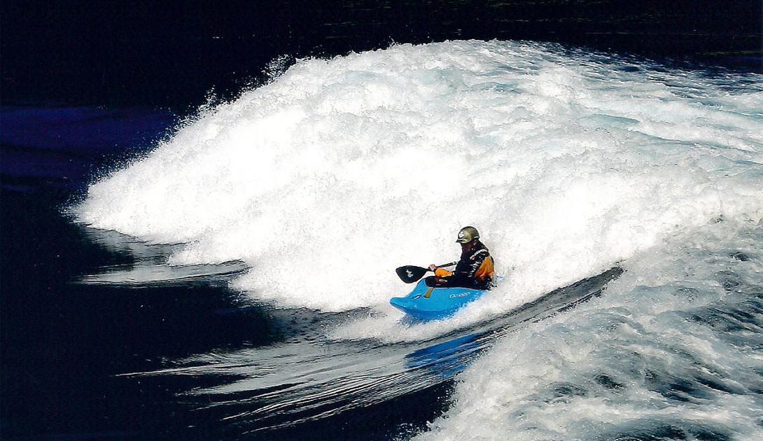 BC Living Канада Пороги — вот, что привлекает в это опасное место тысячи каякеров ежегодно. Несмотря на высокую вероятность провести свою последнюю гонку, люди со всех уголков земного шара стремятся в Британскую Колумбию, чтобы испытать свои силы в борьбе с водной стихией.