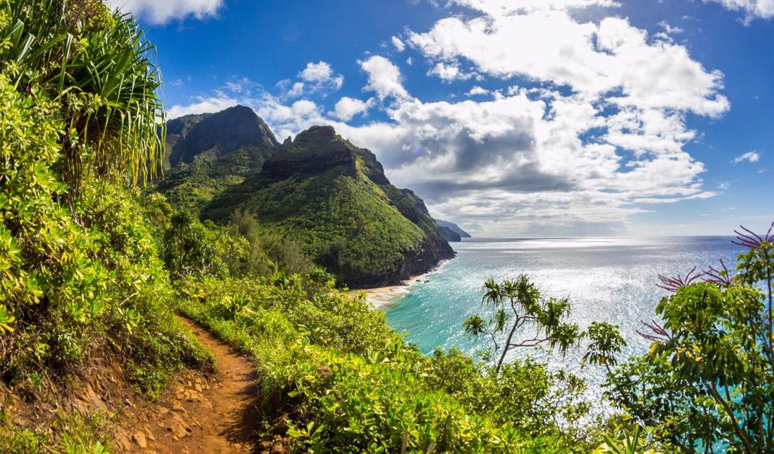 Kalalau Trail Секретный пляж, Гавайи Этот трек считается одним из самых интересных на всех островах. Калалау Трейл ведет через пять разных долин, сквозь тропические леса, морские утесы и причудливые пляжи, оканчиваясь в секретной бухте с белоснежным песком.