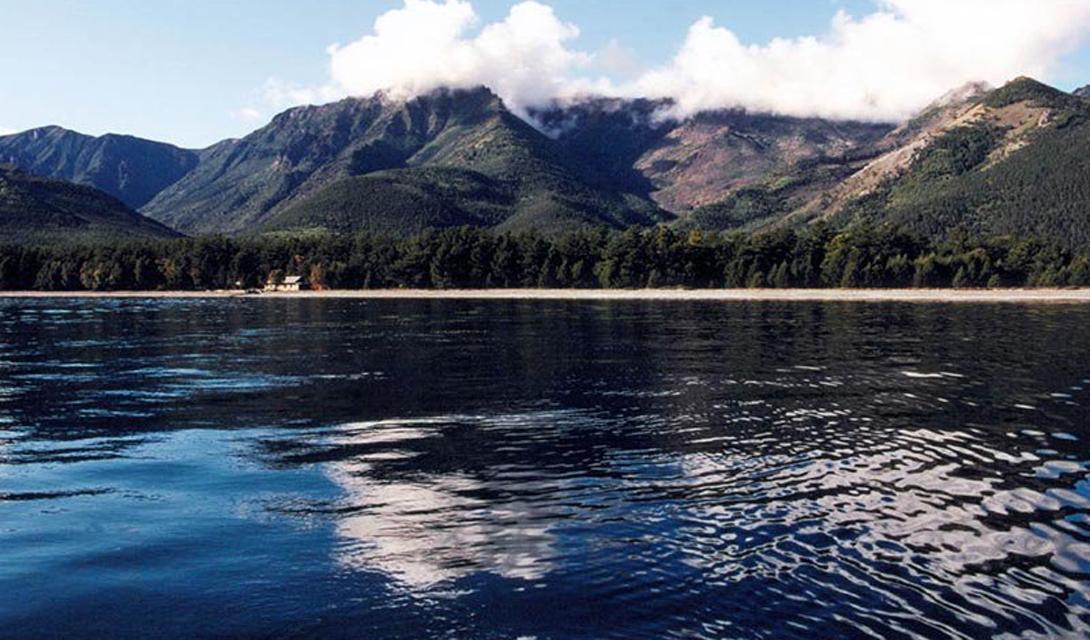 Малави Глубина: 706 метров Малави — самое глубокое из озер Восточно-Африканской рифтовой долины. В этом водоеме ученые нашли для себя настоящий ноев ковчег: здесь водятся исключительные виды рыб, которые не встречаются больше нигде в мире.