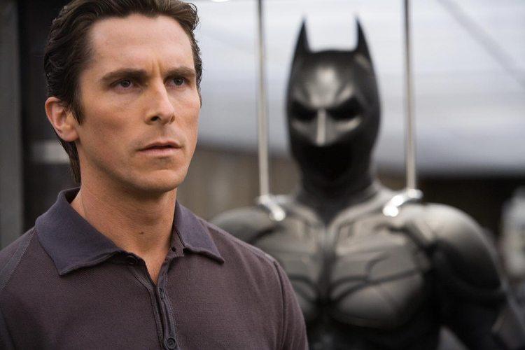 Кристиан Бэйл Всем известно, что Кристиан Бэйл подходит ко всем своим ролям очень серьезно, и готов сбрасывать и набирать килограммы веса, чтобы полностью погрузиться в характер персонажа. Но он делает нечто большее, чем просто изменяет свой внешний вид – он также выполняет большинство своих трюков. Играя Бэтмена, Бэйл сделал почти все, что должен был делать темный рыцарь Готэма – в том числе и игнорирующие законы гравитации трюки на вершине небоскреба в Гонконге. Несмотря на то, что он в любой момент может передать инициативу своему дублеру, он явно любит свое дело и не боится запачкаться.