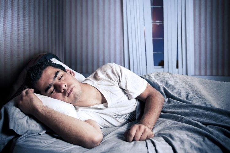Когда ложишься спать Перед тем как уснуть, лягте на спину, положив одну руку на живот, а другую на грудь. Дышите глубоко и неспешно. Во время вдоха, ваш живот должен быть выше грудной клетки. Это позволит организму получить больше кислорода, со временем вы будете высыпаться намного лучше.
