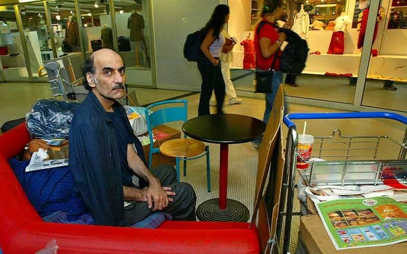 Мехран Карими Нассери Вот, собственно, и сама подлинная история, которая легла в основу известного фильма Стивена Спилберга. Сэр Альфред Мехран, как его прозвали служащие аэропорта, потерявший документ иранский беженец, 18 лет, с 1988 по 2006 год, жил в терминале парижского аэропорта имени Шарля де Голля. Весь этот немалый срок Мехран читал газеты, изучал экономику и скрупулезно записывал все с ним происходящее в дневник. Примечательно, что документы Мехрана были найдены еще в 1998 году, но он отказался покидать аэропорт, и только принудительная госпитализация в связи с неопределенным заболеванием заставила его поменять место жительства. Правда, далеко он не уехал и приобрел себе жилье прямо в Париже.