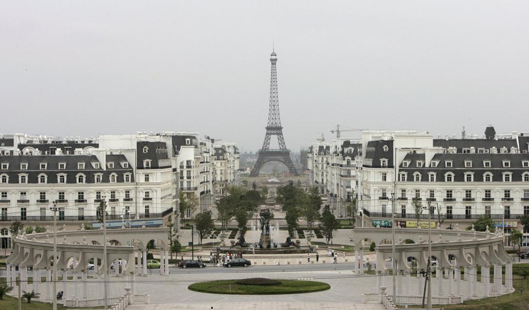 Тяньдучэн И еще один сюрприз китайской мысли: Тяньдучэн, построенный в провинции Чжэцзян, выглядит в точности, как маленький Париж. Ситуация с жителями здесь та же, что и в Темза-тауне — зато реплика Эйфелевой башни выглядит почти настоящей.