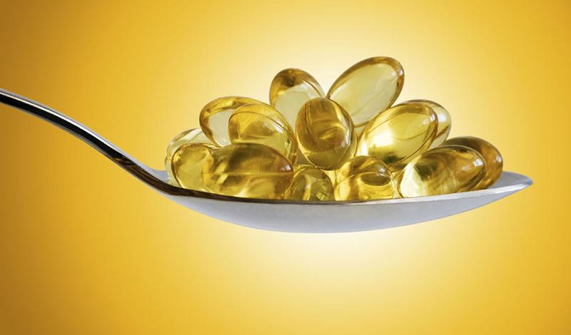 Полезные продукты Большие проблемы с нехваткой витамина D могут испытывать вегетарианцы, поскольку он содержится в продуктах животного происхождения. Сыр, печень, жирная рыба и яйца — лучший источник витамина D. Включите в основной рацион хотя бы один из этих продуктов, чтобы не столкнуться с нехваткой этого важного гормона.