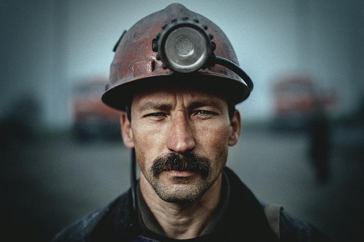 Шахтер На вершине списка самых вредных для здоровья профессий находится профессия шахтера. Работа в шахте плохо влияет на органы дыхания – легкие и бронхи. Причиной тому служит высокая концентрация углекислого газа и недостаток кислорода. Но кроме того постоянный шум является еще одним фактором, подрывающим здоровье горняков и сопровождающим их на протяжении всей профессиональной деятельности. Высокий уровень шума негативно сказывается на органах слуха, сердечно-сосудистой и нервной системе. Есть у шахтеров и свое профессиональное заболевание – так называемая вибрационная болезнь, проявляющаяся, в зависимости от степени тяжести, онемении пальцев рук, приступах боли или в деформации суставов и костей конечностей.