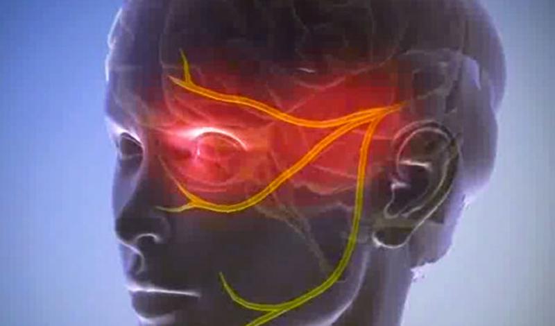 Невралгия тройничного нерва Боль при воспалении тройничного нерва может длиться до нескольких часов. Испытавшие ее уверяют, что ощущения примерно такие, как если бы в тебя попала молния. Лечению болезнь не поддается вовсе: можно лишь облегчить симптомы и следить, чтобы не возникли осложнения.