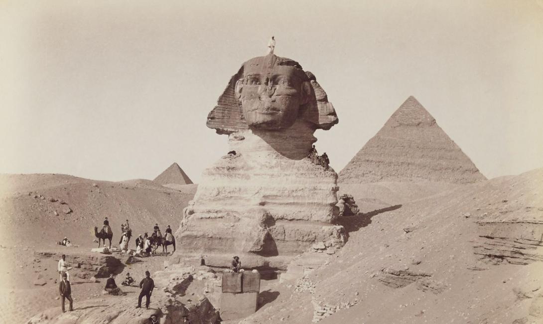 Зернохранилище Средневековый монах по имени Бернард совершил удивительное (для того времени) путешествие в Египет. Вернувшись, он преподнес современникам исключительно рациональную теорию, объясняющую, зачем были построены пирамиды. Набожный исследователь был уверен, что пирамиды были спроектированы как огромное зернохранилище. Косвенное подтверждение этому есть в библейской книге Бытия: Иосиф, сын Иакова, предсказывает Египту голод и убеждает фараона построить башни для хранения припасов. В эту теорию многие верят до сих пор — несмотря на расположенные неподалеку от пирамид общественные кладбища.