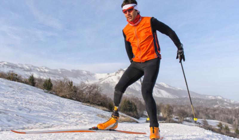 Беговые лыжи Не нужно ждать зимы, беговые лыжи бывают и роликовыми. К тому же, почти в каждом фитнес-клубе стоят тренажеры, имитирующие ходьбу на лыжах. Такие тренировки нагружают сердечно-сосудистую систему, прокачивая ее, и сжигают целых 12 калорий в минуту.