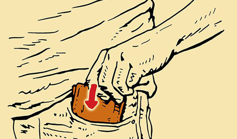 Задний карман Здесь не стоит носить даже пачку дорогих сигарет. На профессиональном жаргоне щипачей, задний карман называется «чужой» — по вполне понятным причинам.