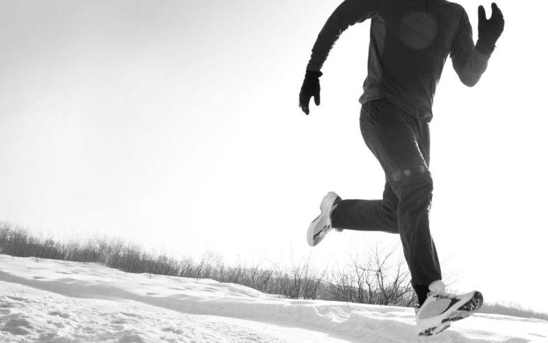 На зимней пробежке Холодный воздух лучше вдыхать только носом. Если вы вдыхаете холодный воздух ртом, он не успевает согреться, что вызывает сокращение дыхательных путей. Если дышать только носом для вас сложно – вы можете воспользоваться шарфом и дышать через него как обычно.