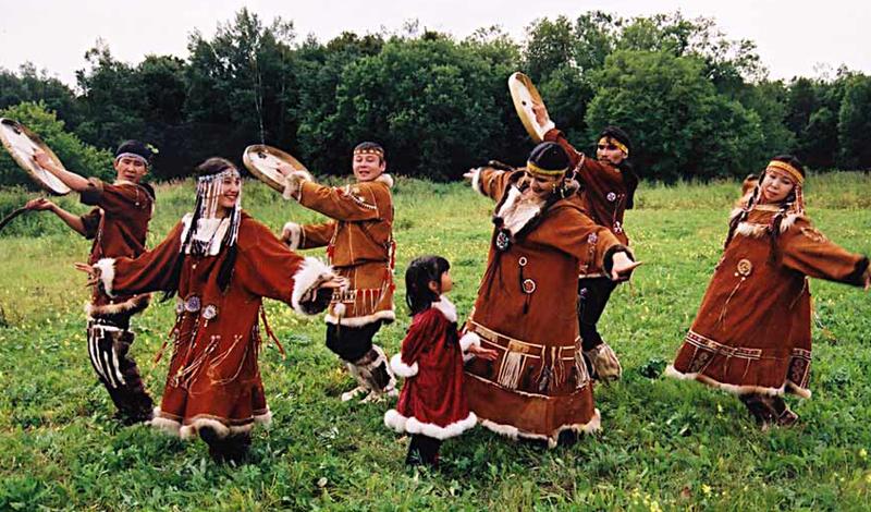 Нивхи Численность: 4 000 человек Несмотря на крайне малую численность, нивхи умудряются жить на два государства: племенные стойбища есть и в России, и в Японии. Но если японские гиляки тщательно охраняются государством и потихоньку увеличивают численность, то у нас все обстоит ровно наоборот. Социологи предсказывают скорый закат культуры нивхов в России — те, кто выживут, скорее всего переберутся в ту же Страну восходящего солнца.