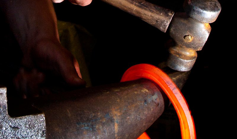 Кузнечное дело Стать кузнецом проще, чем кажется. Современные технологии и команды энтузиастов делают это ремесло удивительно доступным, даже для новичков. Вы можете оборудовать небольшую кузницу прямо у себя дома: все что понадобится — это наковальня, тиски и клещи. Конечно, с тугоплавкими металлами работать не получится, зато специальная пропановая горелка легко справится со всем остальным.